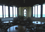 les tables rondes du bar de Xanadu