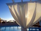 draps blancs sur la piscine