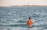 Le pêcheur devant l'ile au large