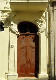 une porte décorée
