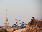 Le clocher, le vélo et la jeune fille
