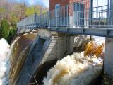 Le barrage et la chute brunâtre