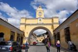 La Antigua Guatemala's most famous landmark, the Arco de Santa Catalina spanning 5a Av Nte