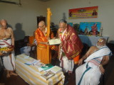 EmbAr Jeyar swami feliciating araiyar Srirama Sharma swami.JPG