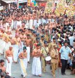 kulasEkarAzhvAr's descendents during brahmOtsavam OCT-2005