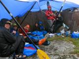 Lä och regnskydd under regnig och blåsig lunch