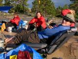 Mikael har dunet i Exped-madrassen, medan Carin & Anna har det i dunjackan