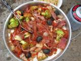 Lars Åkes fantastiska middag, bacon, broccoli, krossade tomater, vitlök, lök, svartaoliver mm.