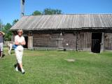 Kerstin framför delar av den gamla gården