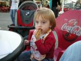 Mariana comiendo churros en la feria de Majadahonda