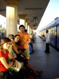 són les 7 i esperem ansiosos l'arribada del nostre tren