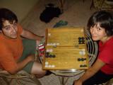 jugant al backgammon amb el Xavi