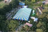 De feesttent in Olen - Stoelen leeg: ballonkijken