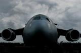 nuage sombre sur l'avion géant