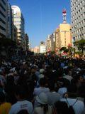 The masses await the tug-of-war