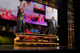 Szene It's a Kind of Magic mit Killer Queen (Brigitte Oelke) und Kommandant Khashoggi (Jon Agar)