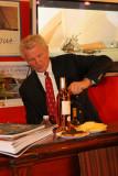 Monsieur André Beaufils Président de la société nautique de Saint-Tropez aide à la préparation du cocktail