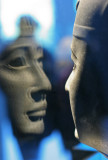 Reflet d'une tête scuptée dans sa vitrine