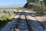 La voie ferrée à une seule voie qui longe la baie de Calvi vers l'Ile Rousse
