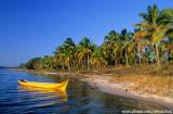 Canoa amarela na Lagoa do Cassange