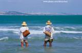 pescadores na praia do iguape