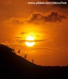 Crianças brincando ao pôr-do-sol nas dunas