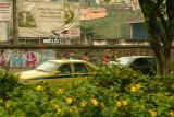 muro pixado e táxi