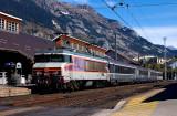 La CC6561 attend le départ en gare de Modane.