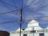 mire todos esos alambres! (Look at all those wires!)