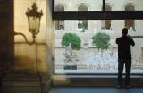 Vitrine sur le Louvre.