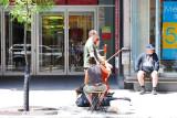 Le violoncelle rue Ste Catherine à Montréal.
