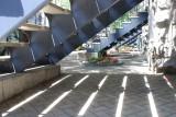 A l'ombre de l'escalier.