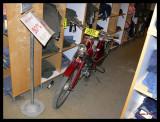 P1220395 Citybutikens kläder och mopeder.jpg