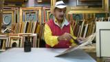Il pittore stellario baccellieri durante la creazione di una sua opera