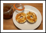Toasted bagel with marmalade