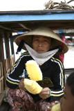 Femme préparant de succulents ananas - Delta du Mékong