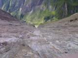 Paden langs steile wanden richting Sajathütte
