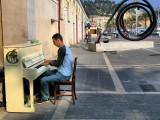 The sidewalk pianist