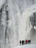 les touristes devant le monstre glacé