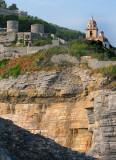 la falaise, l'église et le fort.