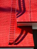 l'échelle rouge du toit de l'église