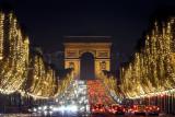 Arc de Triomphe vu des champs Elysées à Paris