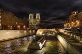 Bateaux mouche sur la seine à Paris