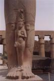 Beeld van Ramses II in de Karnak tempel in Luxor, op zijn voeten Nefertari of Bint-Anath / Statue of Ramses II at the Karnak temple in Luxor, at his feet Nefertari or Bint-Anath.
