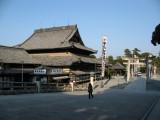 Walking up to Toyokawa Inari's main hall