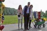Wildbienen- Vereinsfamilie Kainz mit nützlichem Hotel