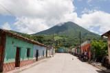 Calle Tipica de la Cabecera, Volcan Chingo al Fondo