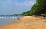 Long view of the beach at Bang Saray