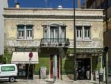 Prédio com fachada de azulejo Arte Nova na Av. Almirante Reis (Imóvel de Interesse Público)
