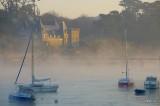Manoir dans la brume du matin